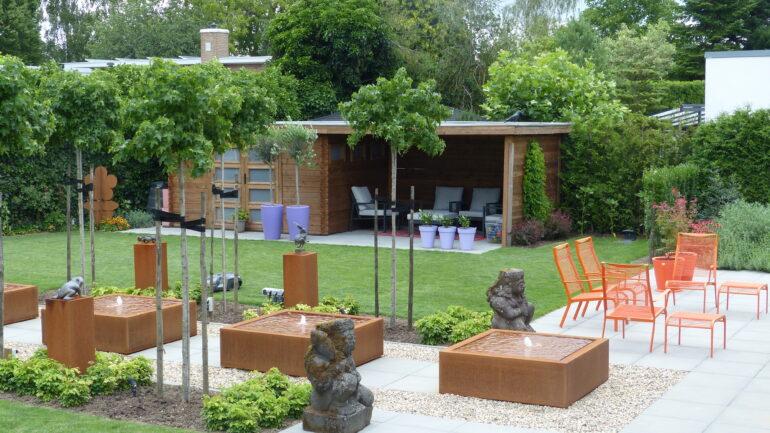 Een moderne villa met kleurige borders die je een glimlach op je gezicht tovert!